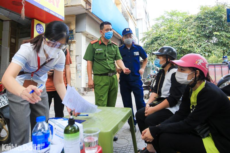 Hà Nội: Đi mua điện thoại trong thời gian giãn cách xã hội, 2 trường hợp bị xử phạt 4 triệu đồng