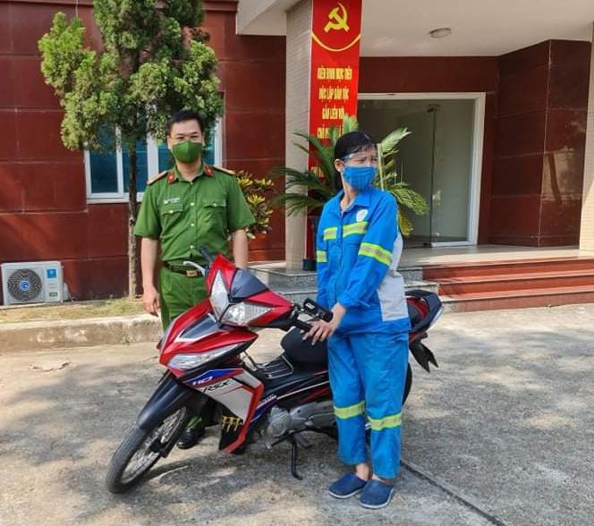 Công an quận Nam Từ Liêm tặng xe máy cho chị lao công bị cướp trong đêm