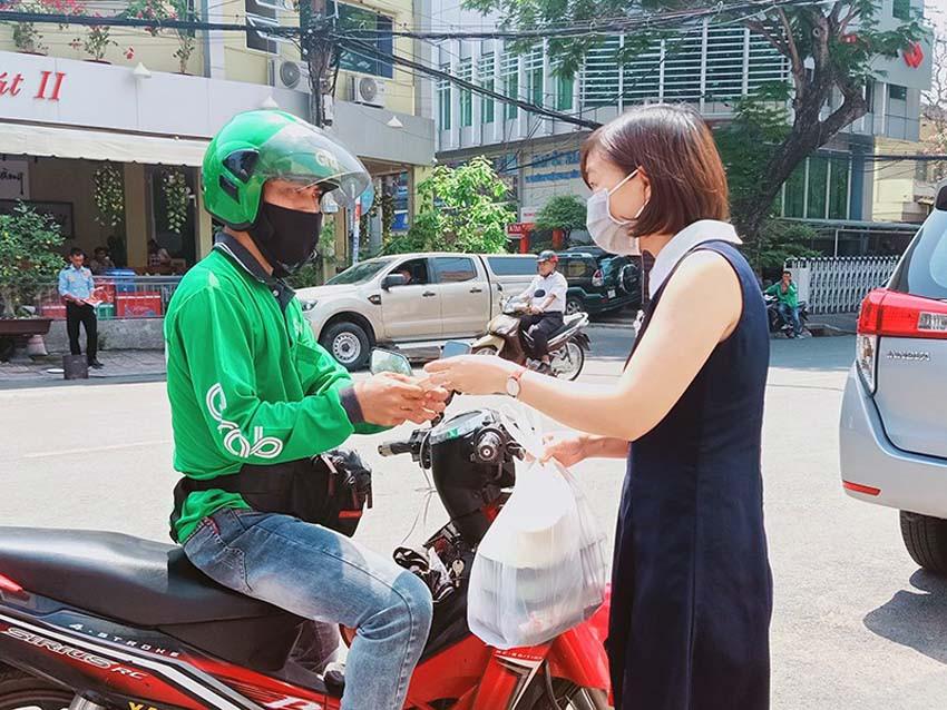 Hà Nội sẽ xử phạt nhân viên giao hàng bằng xe hai bánh làm thêm bên ngoài