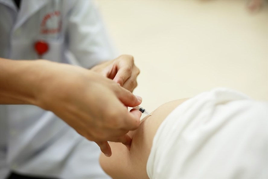 Phụ nữ cho con bú có tiêm được vaccine Covid-19?