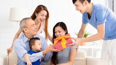 Cùng lo cho bố mẹ vợ