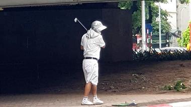 Ra gầm cầu vượt tập đánh golf, người đàn ông bị xử phạt 1 triệu đồng