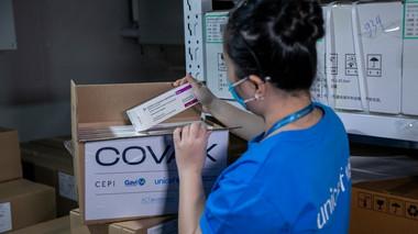 Thêm 1,8 triệu liều vaccine Covid-19 về Việt Nam