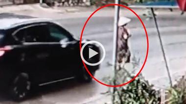 Tài xế ô tô lao thẳng vào người phụ nữ đi bộ rồi bỏ chạy
