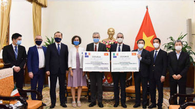 Việt Nam tiếp nhận 1,5 triệu liều vaccine từ Pháp và Italia