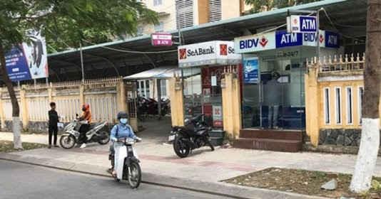 Bắt quả tang hai người Trung Quốc lắp camera để trộm mã pin ATM