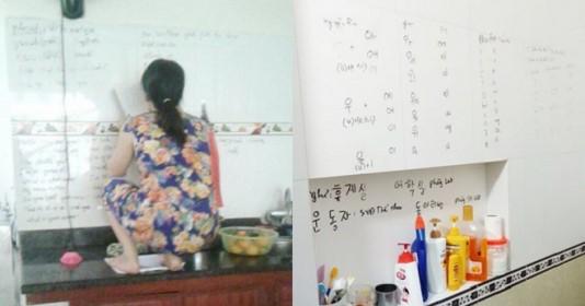 Con gái khoe mẹ U50 hiếu học nhất hệ mặt trời, dùng cả tường bếp làm bảng ghi từ mới, cấu trúc tiếng Anh